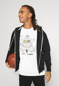 Nike Performance - NBA MOVE TO TEE - T-shirt med print - pure - 3