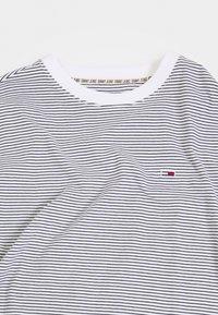 Tommy Jeans - BASIC STRIPE TEE - T-shirt z nadrukiem - white/twilight navy - 2