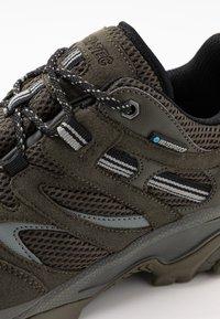 Hi-Tec - RAVUS VENT LITE LOW WATERPROOF - Hiking shoes - olive night/black/cool grey - 5