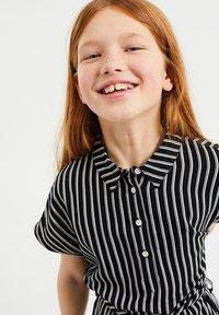 WE Fashion - MET STREEPDESSIN - Shirt dress - all-over print - 1