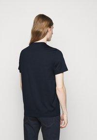Michael Kors - BLOCK LOGO TEE - Print T-shirt - dark midnight - 2