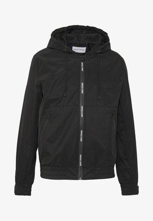 HOODED LIGHT JACKET - Lehká bunda - black