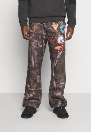 WOODLAND BADGE JOGGERS - Tracksuit bottoms - camo