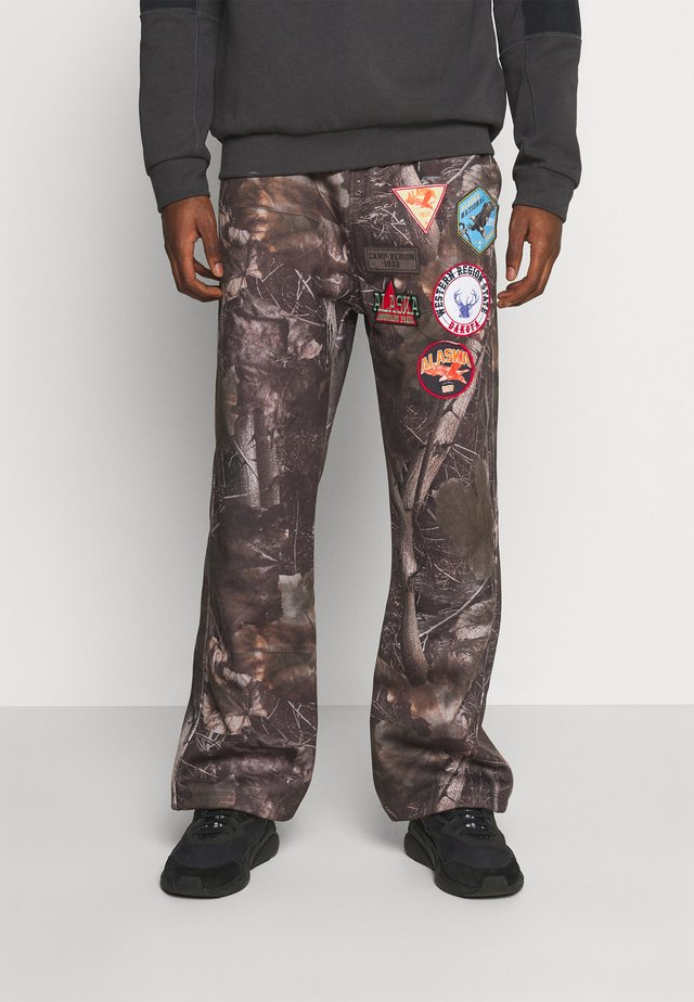 WOODLAND BADGE JOGGERS - Jogginghose - camo