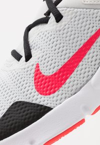 Nike Performance - LEGEND ESSENTIAL - Sportovní boty - photon dust/laser crimson/black/white - 5