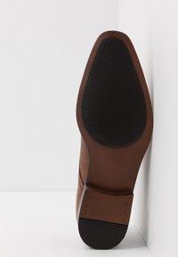 Burton Menswear London - BANKS EMBOSSED DERBY - Veterschoenen - tan - 4