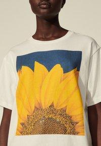 sandro - Print T-shirt - blanc - 4