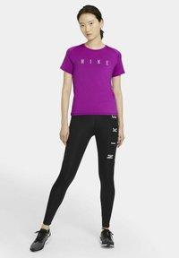 Nike Performance - MILER  - Printtipaita - red plum - 1