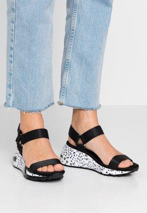 CLEMENTINE - Sandály na klínu - black