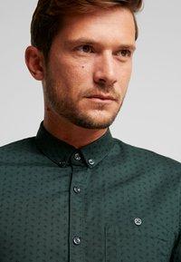 TOM TAILOR DENIM - ALLOVER PRINTED STRETCH  - Shirt - green - 3