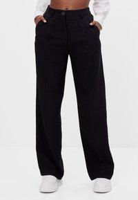 Bershka - MIT WEITEM BEIN - Trousers - black - 0