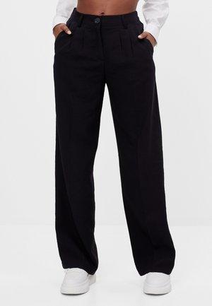 MIT WEITEM BEIN - Kalhoty - black