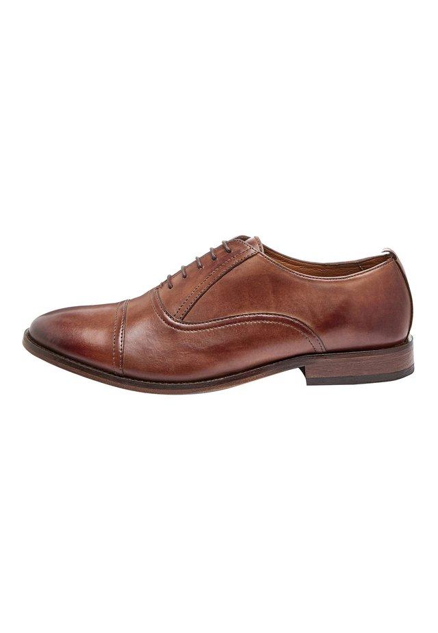 BLACK TOE CAP OXFORD SHOES - Eleganckie buty - brown