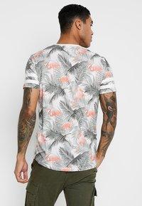 Jack & Jones - JORDIZ TEE CREW NECK - T-shirt med print - cloud dancer/flamingo - 2