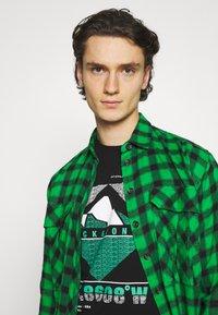 Jack & Jones - JCOCHRIS GIBS TEE CREW NECK - Print T-shirt - black - 3