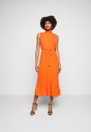 MELINA SOLID PLEAT DRESS - Denní šaty - coral