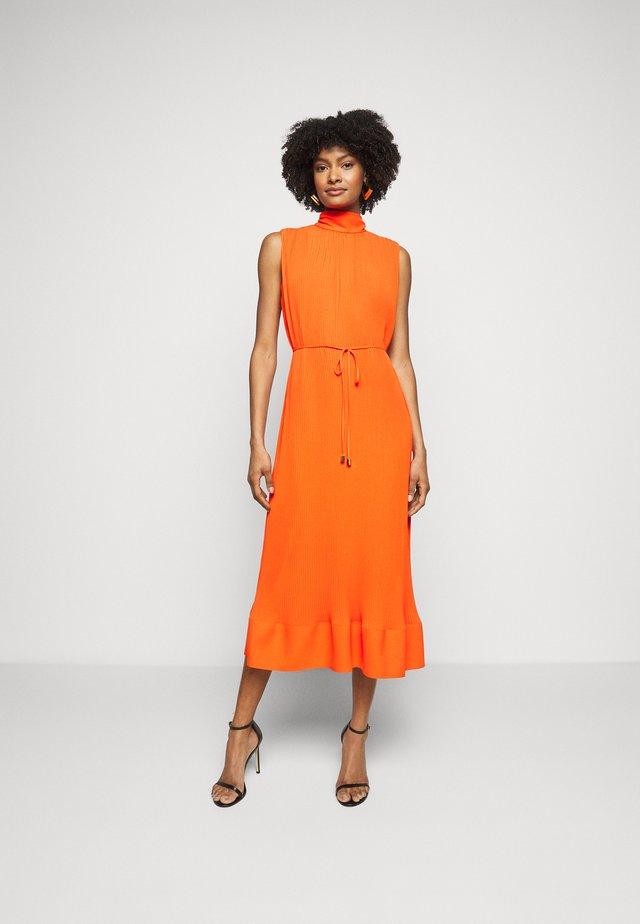 MELINA SOLID PLEAT DRESS - Korte jurk - coral