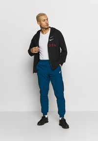 Nike Sportswear - M NSW HOODIE FZ FT - Zip-up hoodie - black/university red - 1