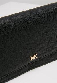 MICHAEL Michael Kors - MOTTPHONE CROSSBODY - Olkalaukku - black - 6