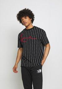 Karl Kani - SIGNATURE LOGO PINSTRIPE TEE - T-shirt z nadrukiem - black - 0