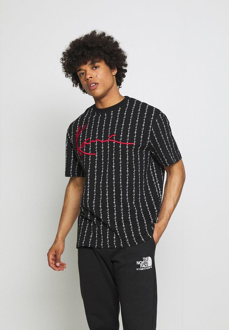 Karl Kani - SIGNATURE LOGO PINSTRIPE TEE - T-shirt z nadrukiem - black