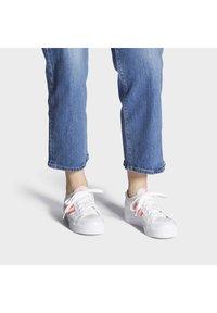 adidas Originals - NIZZA PLATFORM - Baskets basses - ftwwht/sigpnk/ftwwht - 0