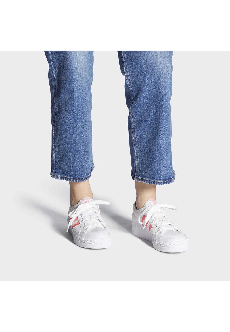 adidas Originals - NIZZA PLATFORM - Baskets basses - ftwwht/sigpnk/ftwwht