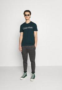 Calvin Klein - FRONT LOGO 2 PACK - T-shirt med print - green - 0