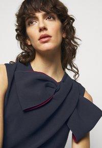 Roksanda - FLANDRE DRESS - Pouzdrové šaty - midnight/sangria - 6