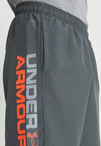 Under Armour - WORDMARK - Urheilushortsit - pitch gray/orange glitch - 4