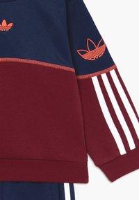 adidas Originals - OUTLINE CREW - Chándal - red/blue/white - 4