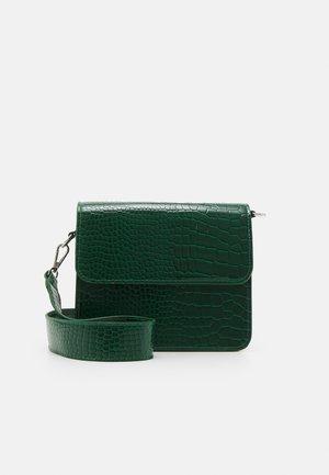 CAYMAN SHINY STRAP BAG - Schoudertas - green
