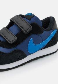 Nike Sportswear - MD VALIANT UNISEX - Trainers - blue void/signal blue/black/white - 5