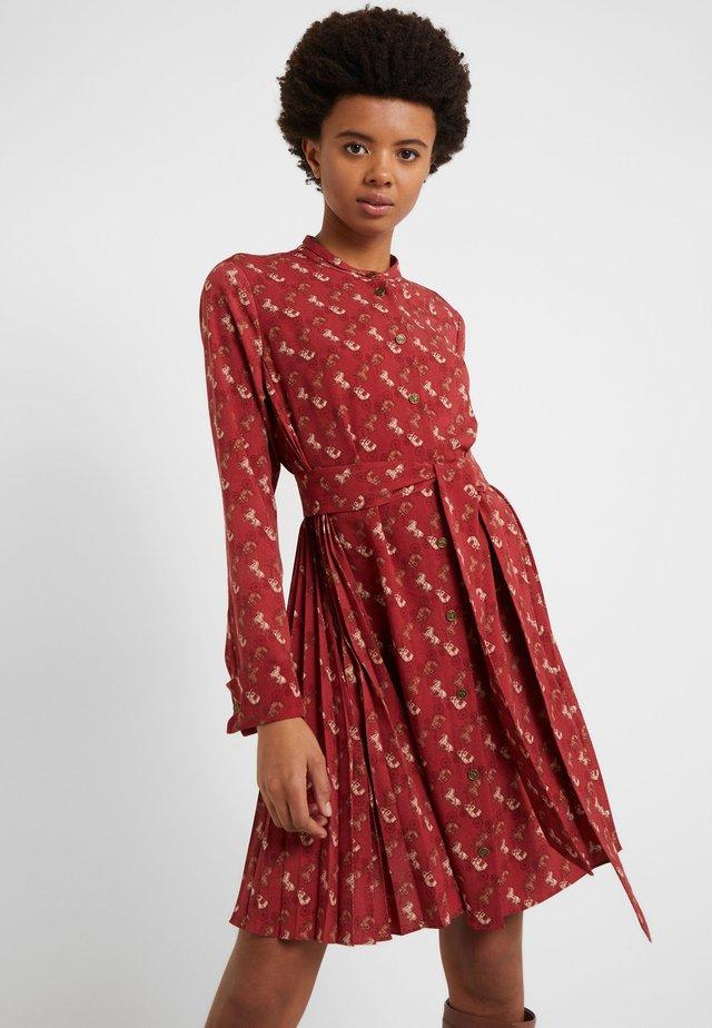HORSE AND CARRIAGE SHIRT DRESS - Vestido camisero - red