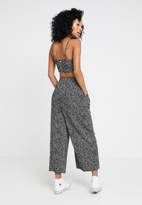 Obey Clothing - ALMA CROPPED PANT - Kalhoty - black/white - 2