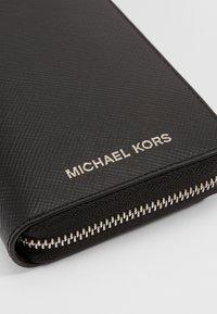 Michael Kors - HENRY TECH ZIP AROUND - Wallet - black - 4