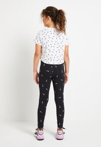 Nike Sportswear - FAVORITES - Leggings - black/light smoke grey - 2