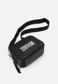 Versace Jeans Couture - CAMERA BAG - Taška spříčným popruhem - nero - 4