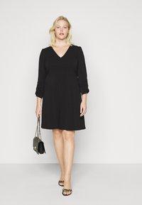 Vero Moda Curve - VMALBERTA VNECK DRESS - Vestido ligero - black - 1
