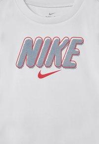 Nike Sportswear - BLOCKED SET - T-shirt con stampa - blue/red - 3