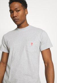 REVOLUTION - LOOSE FIT POCKET - Basic T-shirt - grey melange - 3