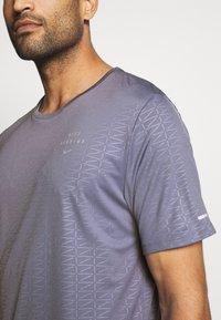 Nike Performance - Nike Run Division - Print T-shirt - world indigo - 4