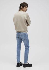 PULL&BEAR - Jeans Tapered Fit - mottled dark blue - 2