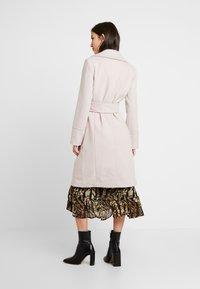 Forever New - BELLA WRAP COAT - Wollmantel/klassischer Mantel - soft pink - 2