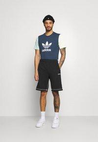 adidas Originals - BLOCKED TREF UNISEX - T-shirt con stampa - crew nacy/hazy green/ice yellow - 1