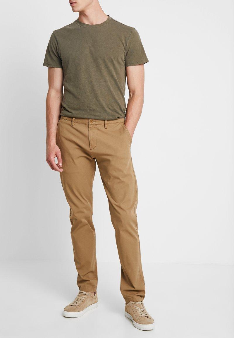 DOCKERS - SMART FLEX TAPERED - Pantalones chinos - ermine