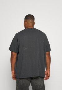 Levi's® Plus - BIG GRAPHIC TEE - T-shirt med print - dark shadow - 2