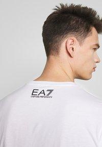 EA7 Emporio Armani - Print T-shirt - white - 5