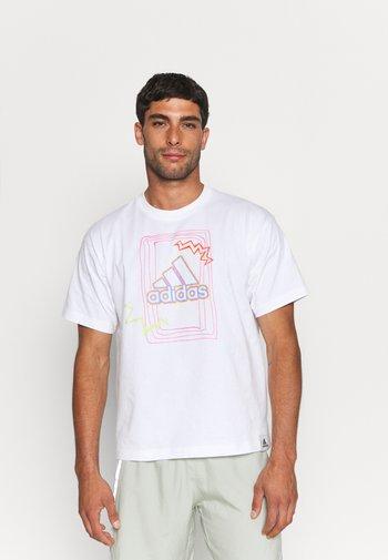 BADGE OF SPORT GRAPHICS - T-shirt med print - white