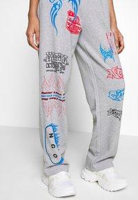 NEW girl ORDER - I LOVE - Teplákové kalhoty - grey - 3
